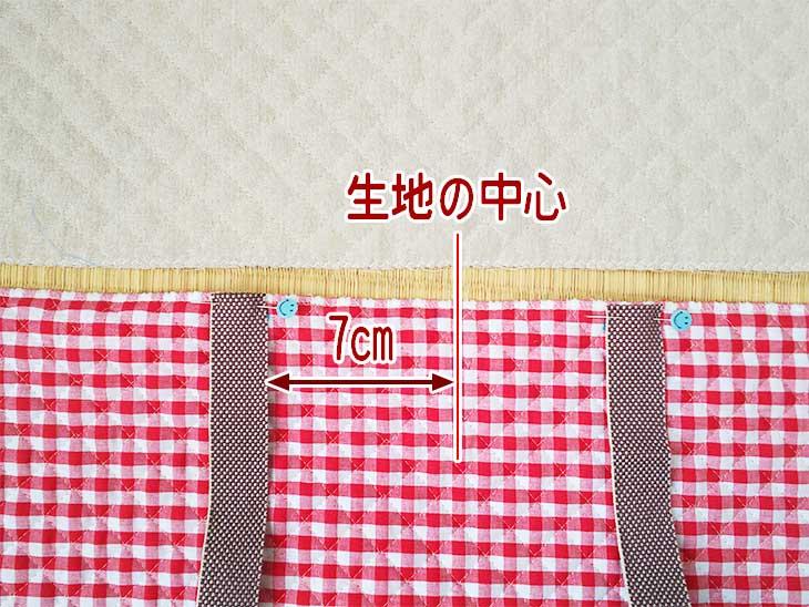 キルティングの布に持ち手になるカバンテープをあてる位置を決め手まち針で固定