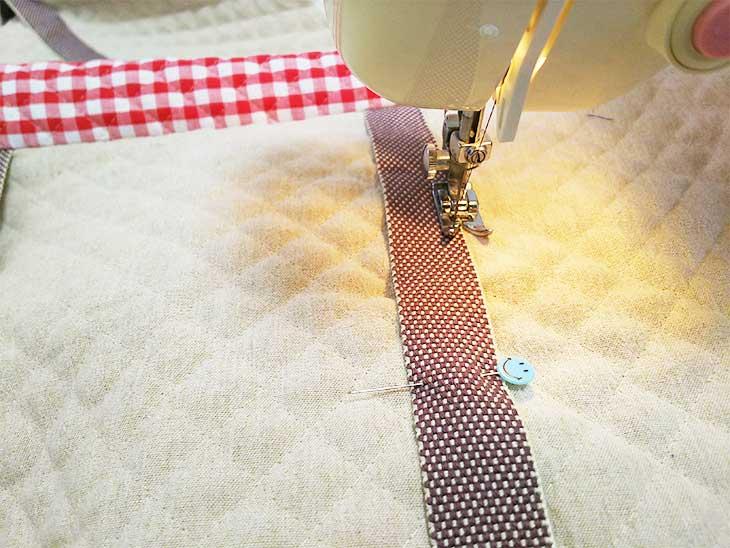 通園バッグ本体にカバンテープをミシンで縫い付ける