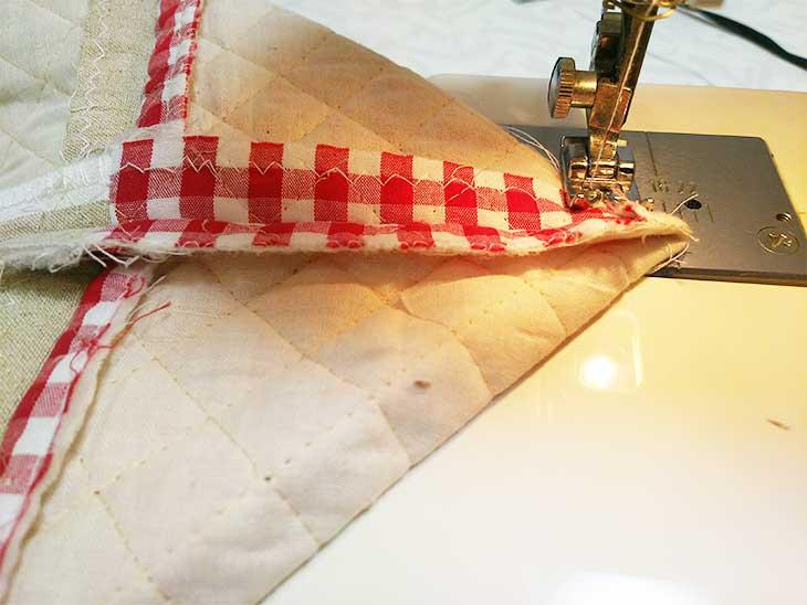 通園バッグの底のマチ部分をミシンで縫う