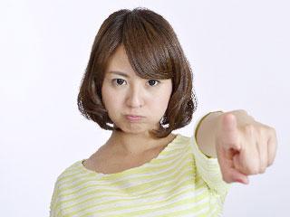 怒りながらこちらを指差す女性
