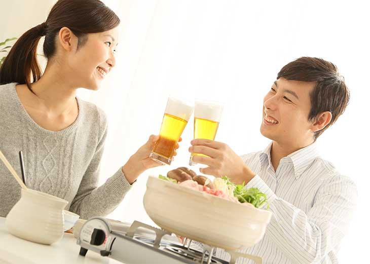 ビールで乾杯している夫婦