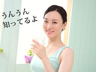 コップを片手にこちらを笑顔で見る女性