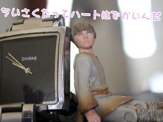 時計のとなりならんだ小さな男性の人形