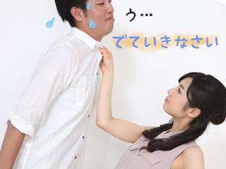妻に首をつかまれて焦る夫