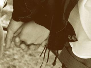 手をがっちりと握っているカップル