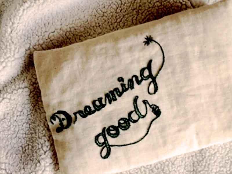 刺繍された赤ちゃんの枕