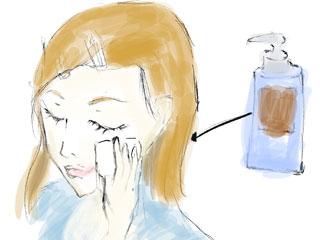 化粧水を頬に塗り気持ち良さそうな表情の主ママ