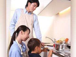 台所に立つ夫