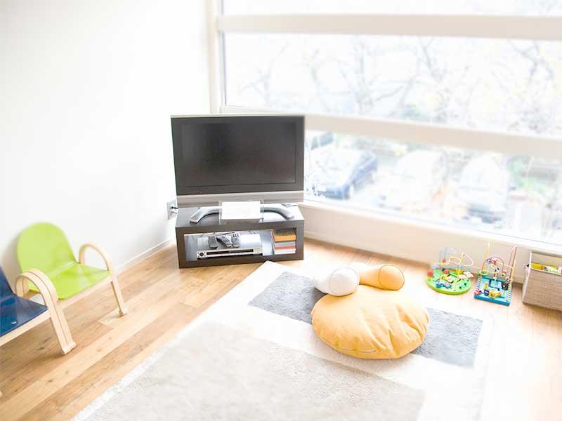 テレビやおもちゃのあるリビング