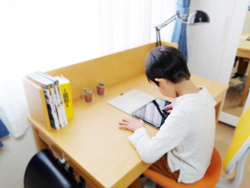 お部屋で勉強をする男の子