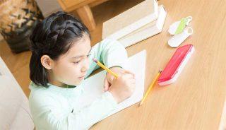 リビングで勉強をしている女の子