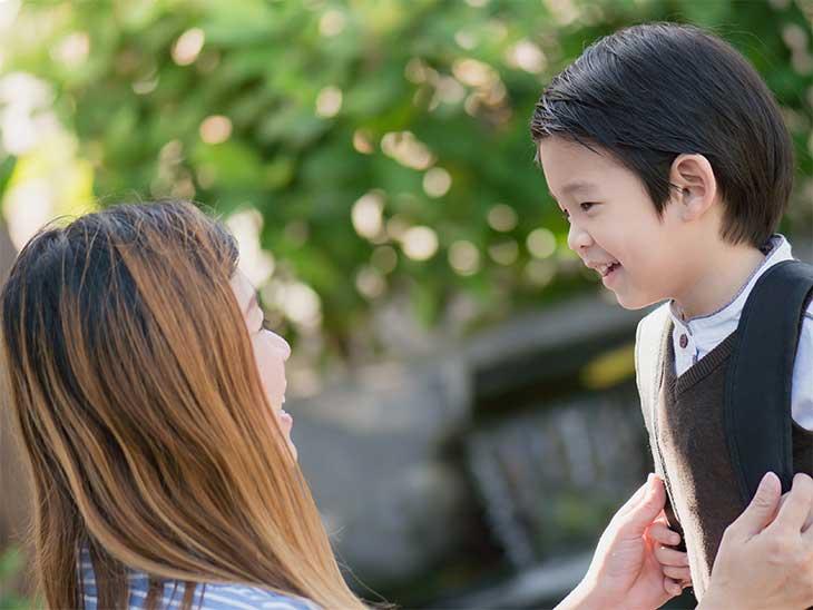 幼稚園の面接の用意をしている男の子とママ