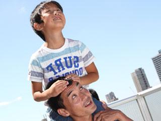 肩車をしている子供と父親