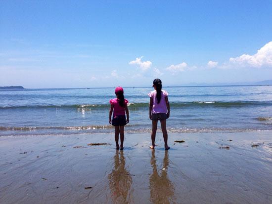 海で遠くを眺める姉妹
