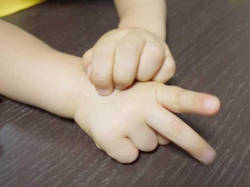手遊びをしている男の子の手