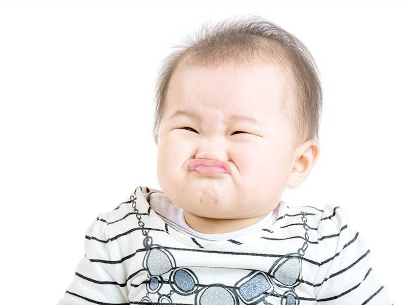 困った顔の赤ちゃん