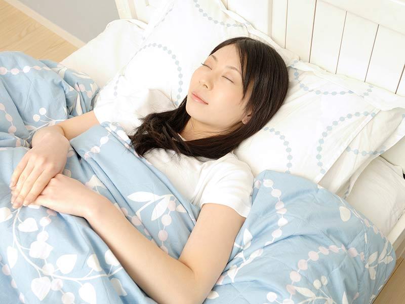 睡眠中の女の人