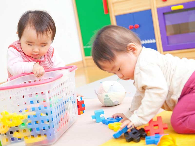 一緒に遊ぶ10ヶ月の赤ちゃん