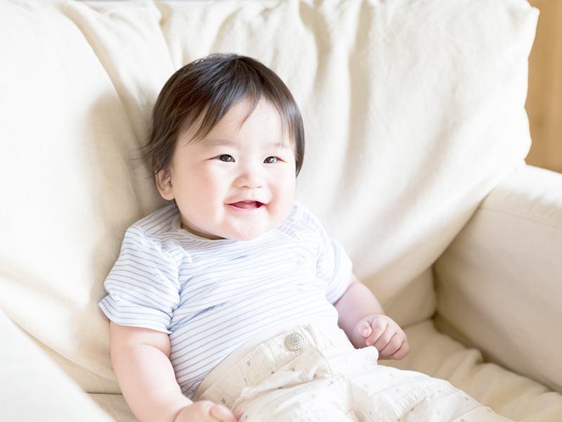 ソファでお座りをする赤ちゃん
