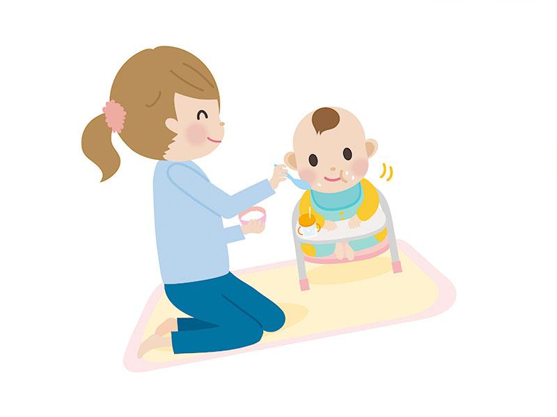 豆椅子で離乳食を食べさせてもらっている赤ちゃん