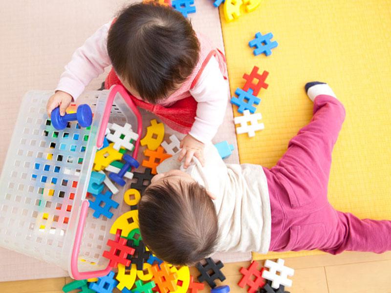 保育園で遊んでいる子供たち