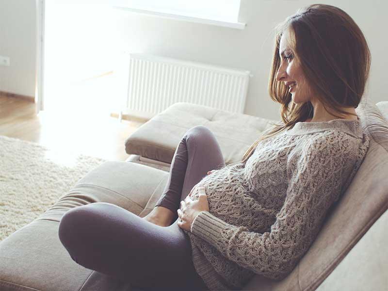 ソファでのんびりする妊婦さん