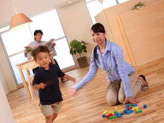 子供と遊ぶ主婦