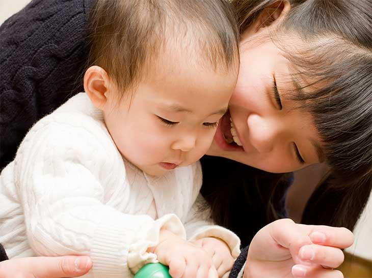 赤ちゃんと一緒に遊んでいる女の子