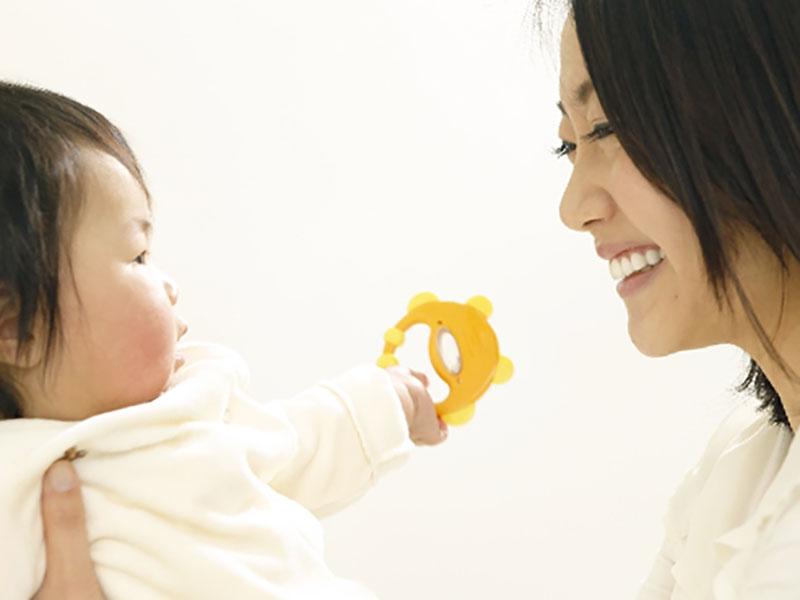 赤ちゃんをあやしてるママ