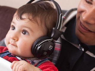 ヘッドホンで音楽を聴く子供