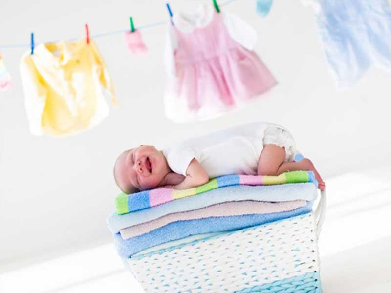 バスタオルの上に寝る赤ちゃん