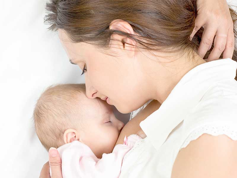 赤ちゃんに授乳中のママ