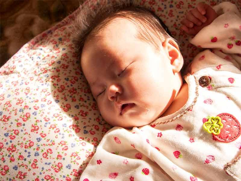 ベビー布団で寝る赤ちゃん