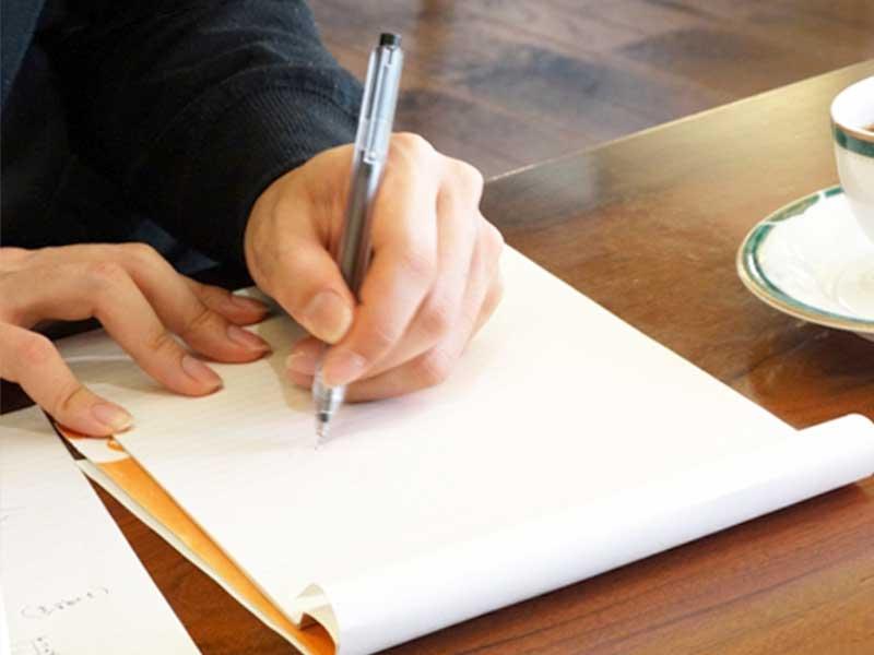 文章を書く内職をしている女性