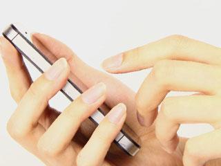 スマートフォンをいじる手