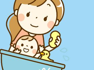 赤ちゃんをお風呂に入れるママ