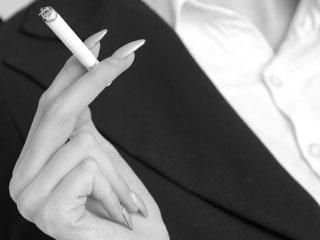 煙草を持つ女性