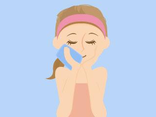 顔をタオルで冷やす女性