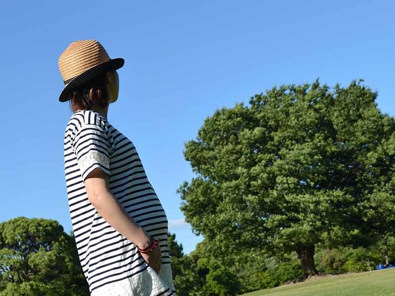 公園を散歩している妊婦さん