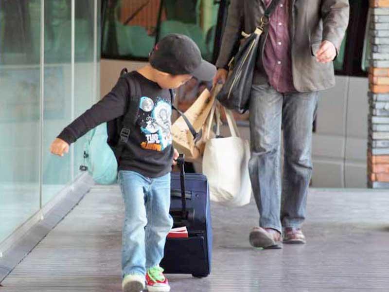 海外旅行へ出かける子供