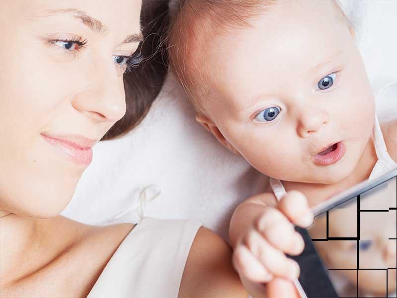 ママと一緒にスマホを見ている赤ちゃん