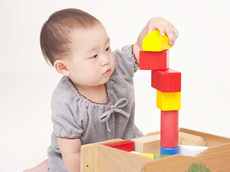 積み木で遊ぶ小さな女の子