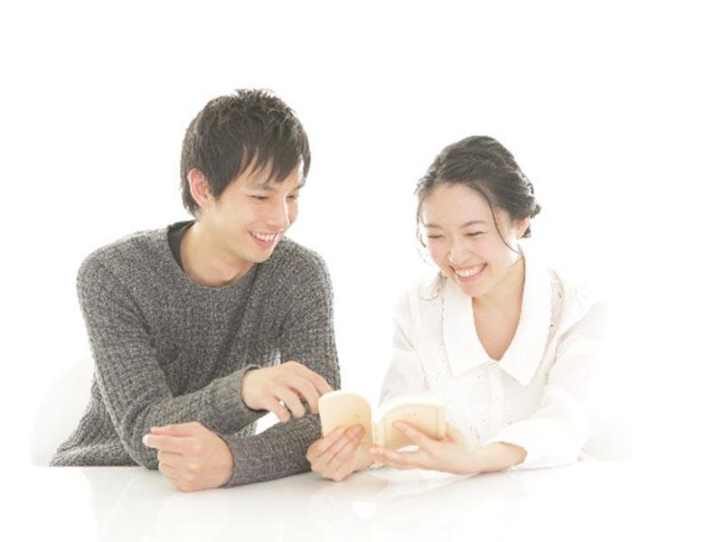 読書している夫婦