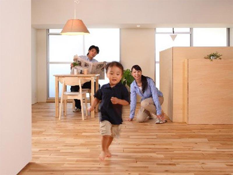 家の中で走る小さい男の子