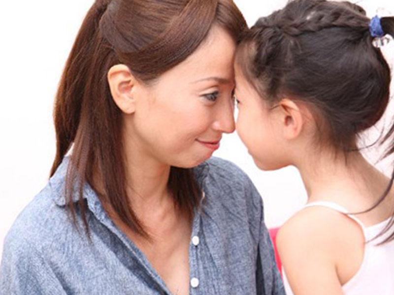 子供と同じ目線にするママ