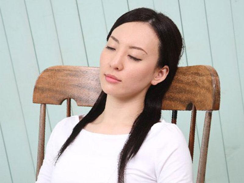 椅子に座ったまま寝てるお母さん