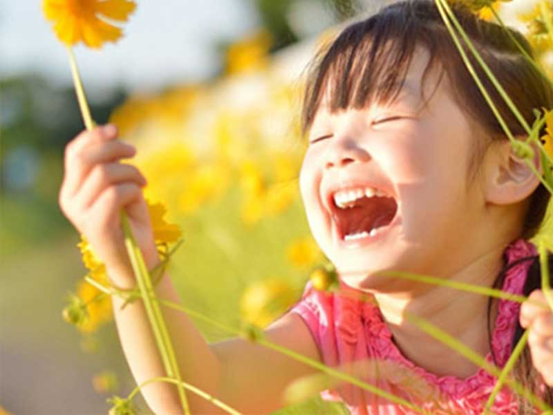 花を持って笑う女の子
