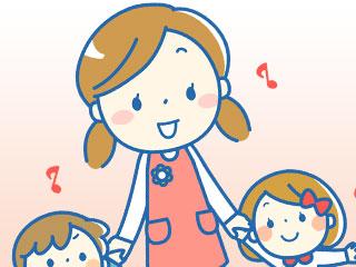 子供2人と手をつなぐ保母さん