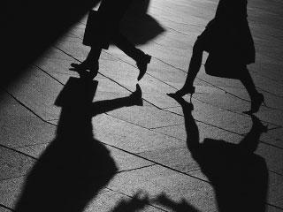 夜に走る夫婦の足と影