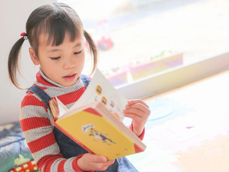 子供による絵本の読み聞かせ